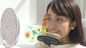 歯の色を確認し、専用の歯磨き粉で歯磨きをします。紙エプロンやマウスオープナーなどを装着します。